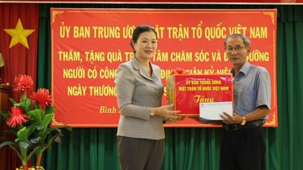 Phó Chủ tịch Trương Thị Ngọc Ánh trao tặng quà cho Trung tâm Chăm sóc và Điều dưỡng người có công tỉnh Bình Định.