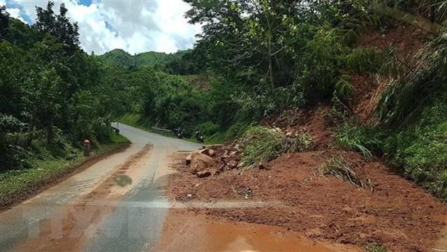 Bùn đất từ trên cao sạt lở tràn xuống tuyến đường Quốc lộ 4H- Nà Hỳ thuộc Điện Biên. Ảnh: TTXVN.