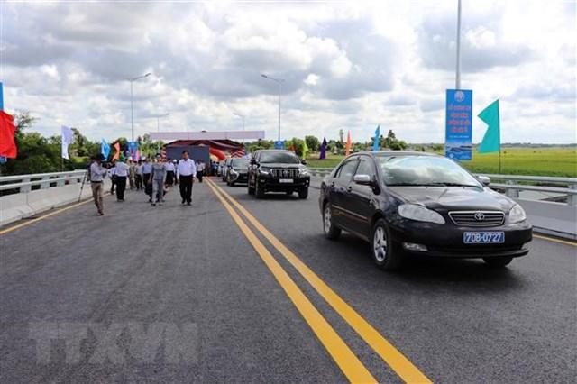 Phương tiện lưu thông qua cầu Cây Ổi sau lễ thông xe. (Ảnh: Lê Đức Hoảnh/TTXVN).