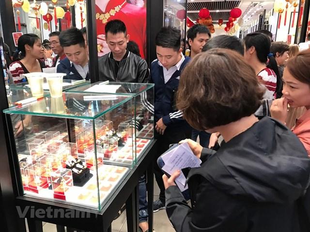 Khách hàng giao dịch vàng miếng. Ảnh: Vietnam+.