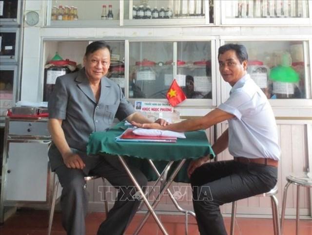 Cựu chiến binh, Đại tá Khúc Ngọc Phương khám, chữa bệnh cho bệnh nhân.