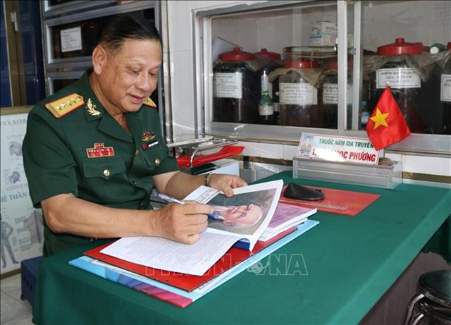 Cựu chiến binh, Đại tá Khúc Ngọc Phương nghiên cứu tài liệu chữa bệnh bằng các loại thuốc Nam.