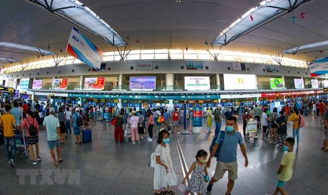 Tất cả hành khách đều thực hiện việc đeo khẩu trang tại Sân bay quốc tế Đà Nẵng. (Ảnh: Trần Lê Lâm/TTXVN)