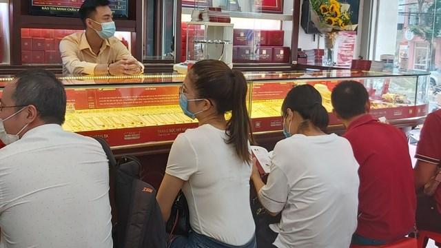 Rất đông người trẻ, nghỉ làm, nghỉ học đi giao dịch vàng.