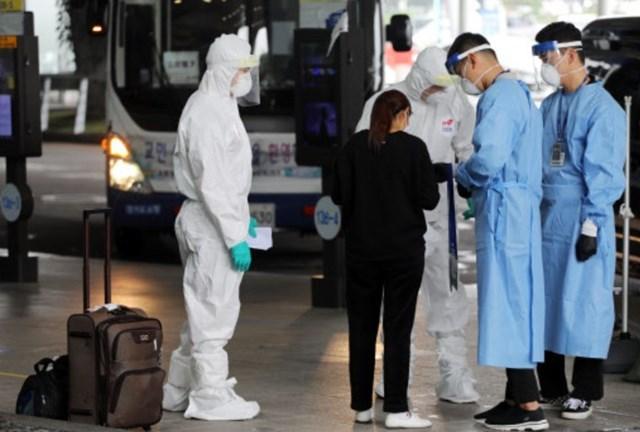 Nhân viên sân bay hướng dẫn khách đến sân bay quốc tế Incheon (Ảnh minh họa: Yonhap).