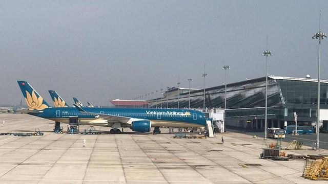 Máy bay chở 219 người Việt từ Guinea Xích đạo về tới Nội Bài lúc hơn 15h chiều nay, muộn 4 tiếng so với giờ dự kiến ban đầu.