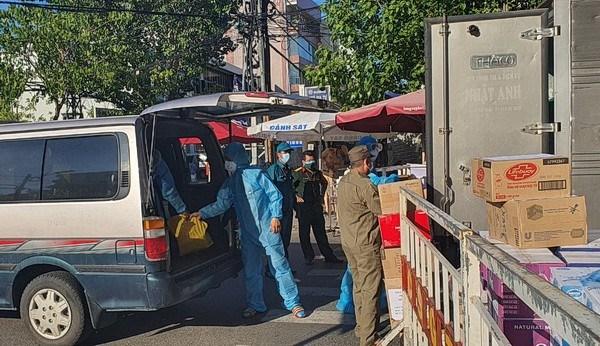 Chuyển 400 suất cơm đến Bệnh viện Đà Nẵng.