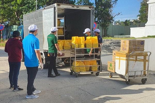 Mỗi ngày, Doanh nghiệp của ông Long nấu 800 suất cơm cho các y, bác sĩ Bệnh viện Đà Nẵng.