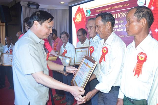 Ông Nguyễn Khắc Định, Bí thư Tỉnh ủy Khánh Hòa trao Bằng khen của UBND tỉnh cho người có uy tín trong đồng bào DTTS.