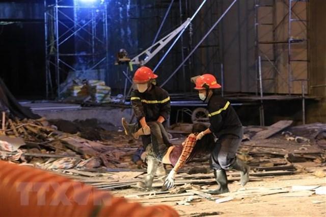 Lực lượng cứu hộ đưa người bị nạn đi cấp cứu. (Ảnh: TTXVN).