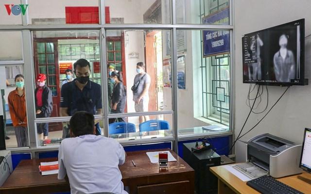 Các công dân nhập cảnh vào Việt Nam sẽ được khám sàng lọc, kiểm tra kỹ về y tế, sau đó bàn giao cho các lực lượng đưa về các khu cách ly trên địa bàn.