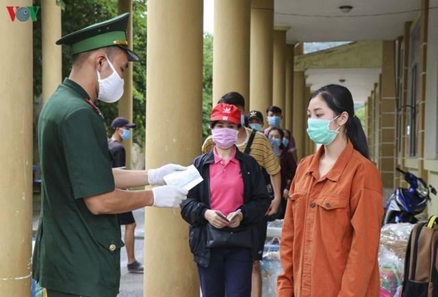 Tất cả người, phương tiện qua lại cửa khẩu đều phải kiểm tra y tế, khám sàng lọc, kiểm tra giấy tờ và hàng hóa cẩn thận, khi đủ điều kiện mới được phép qua.