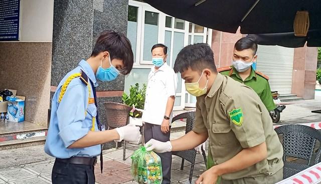 Bảo vệ chung cư Thái An 2 đeo găng tay, khẩu trang tiếp nhận hàng hoá đưa lên tận phòng cho cư dân.