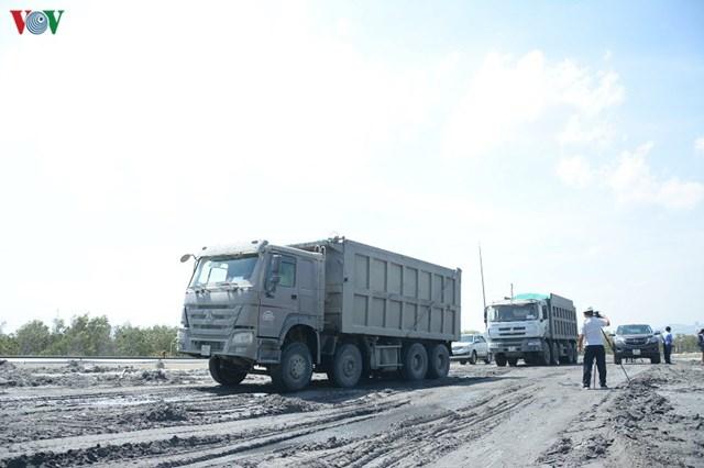 Các xe chở tro, xỉ than về bãi.