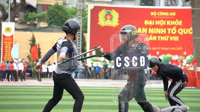 [ẢNH] Cảnh sát chống bạo động dùng khiên biểu diễn đấu đối kháng - Ảnh 3