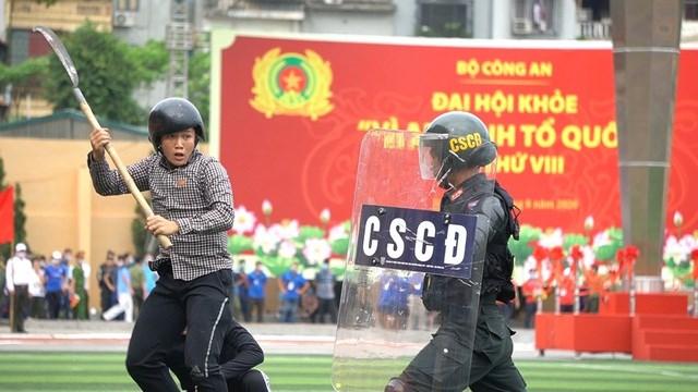 [ẢNH] Cảnh sát chống bạo động dùng khiên biểu diễn đấu đối kháng - Ảnh 4