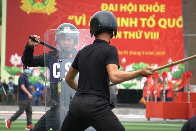 [ẢNH] Cảnh sát chống bạo động dùng khiên biểu diễn đấu đối kháng - Ảnh 7