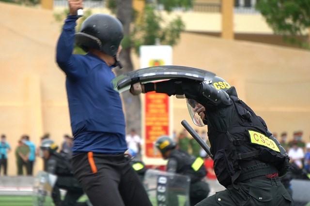 [ẢNH] Cảnh sát chống bạo động dùng khiên biểu diễn đấu đối kháng - Ảnh 5