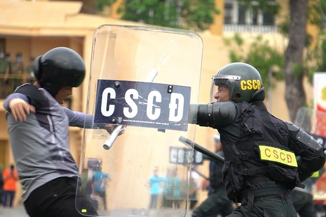 [ẢNH] Cảnh sát chống bạo động dùng khiên biểu diễn đấu đối kháng - Ảnh 6