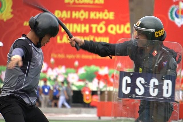 [ẢNH] Cảnh sát chống bạo động dùng khiên biểu diễn đấu đối kháng - Ảnh 8