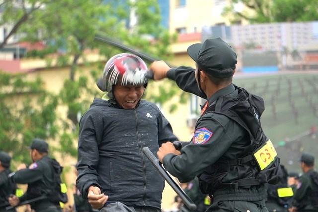 [ẢNH] Cảnh sát chống bạo động dùng khiên biểu diễn đấu đối kháng - Ảnh 10
