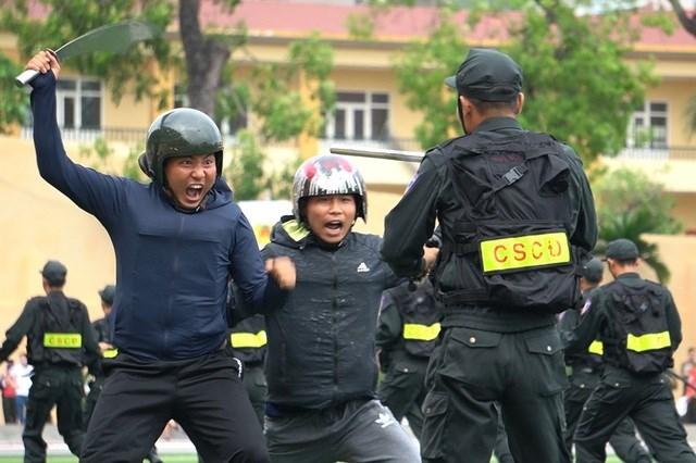 [ẢNH] Cảnh sát chống bạo động dùng khiên biểu diễn đấu đối kháng - Ảnh 9