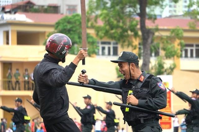 [ẢNH] Cảnh sát chống bạo động dùng khiên biểu diễn đấu đối kháng - Ảnh 11