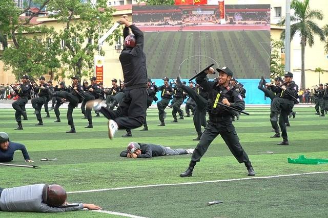 [ẢNH] Cảnh sát chống bạo động dùng khiên biểu diễn đấu đối kháng - Ảnh 14