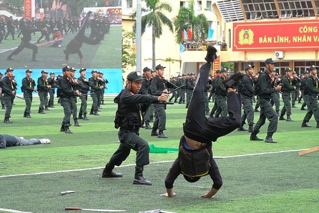 [ẢNH] Cảnh sát chống bạo động dùng khiên biểu diễn đấu đối kháng - Ảnh 12