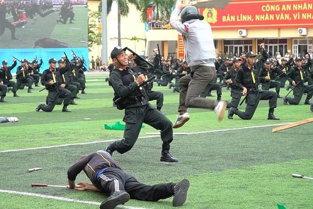 [ẢNH] Cảnh sát chống bạo động dùng khiên biểu diễn đấu đối kháng - Ảnh 13