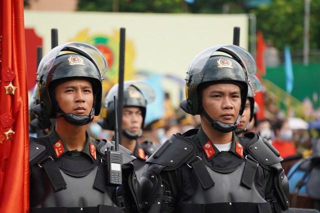 [ẢNH] Cảnh sát chống bạo động dùng khiên biểu diễn đấu đối kháng - Ảnh 1