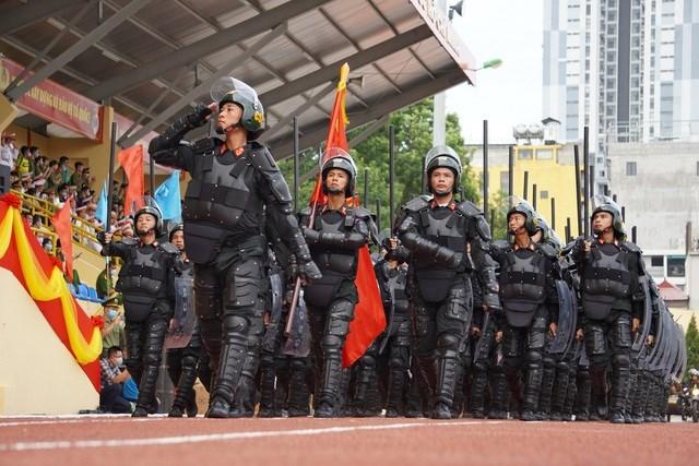 Cảnh sát chống bạo động dùng khiên biểu diễn đấu đối kháng.