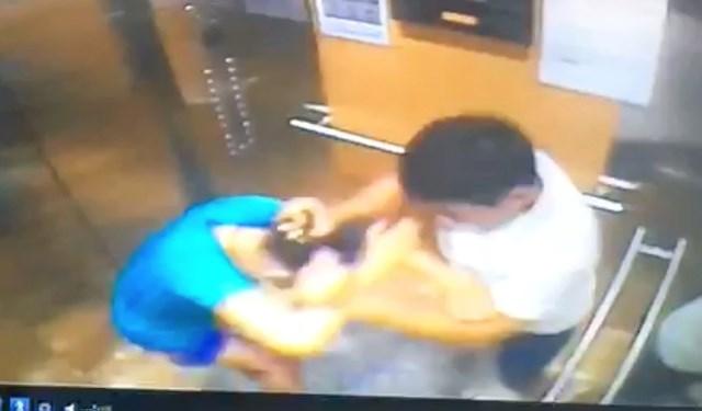 Hình ảnh bà N. bị ông Đ. túm tóc, xịt cồn vào mặt trong thang máy ở chung cư O.G.