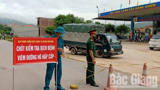 BCĐ phòng, chống dịch Covid-19 huyện Sơn Động (Bắc Giang) lập chốt kiểm tra, phòng dịch tại địa phận xã Yên Định. (Ảnh: Báo Bắc Giang).