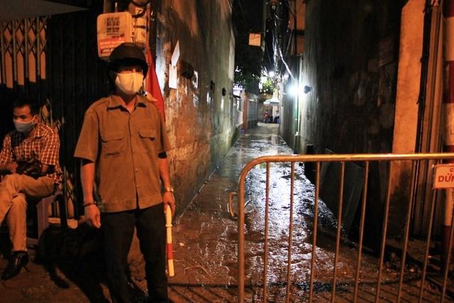 Theo ghi nhận của PV Dân trí vào đêm ngày 5/8, tại khu vực ngõ 4, phố Kiều Mai, một chốt kiểm dịch khoảng 4-6 người tham gia kiểm soát việc ra vào con ngõ.