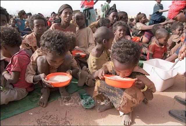 Trẻ em uống sữa tại trại tị nạn Kebribeyah ở miền Đông Ethiopia. Ảnh: AFP/TTXVN.