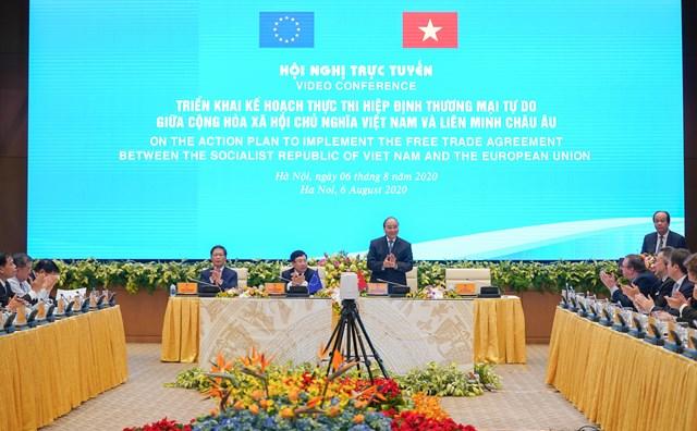 Thủ tướng chào mừng các đại biểu dự Hội nghị. Ảnh: VGP.