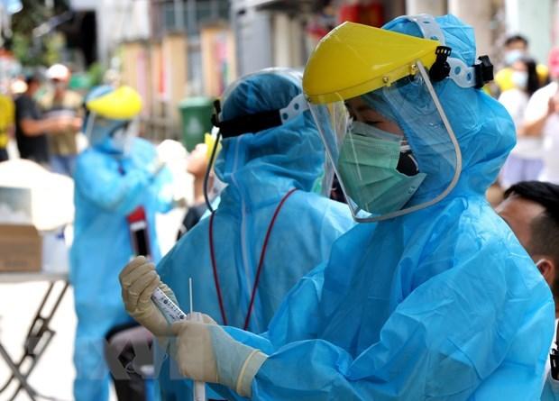 Các y, bác sỹ, đi đến từng khu phố để lấy mẫu xét nghiệm. (Ảnh: Quốc Dũng/TTXVN).