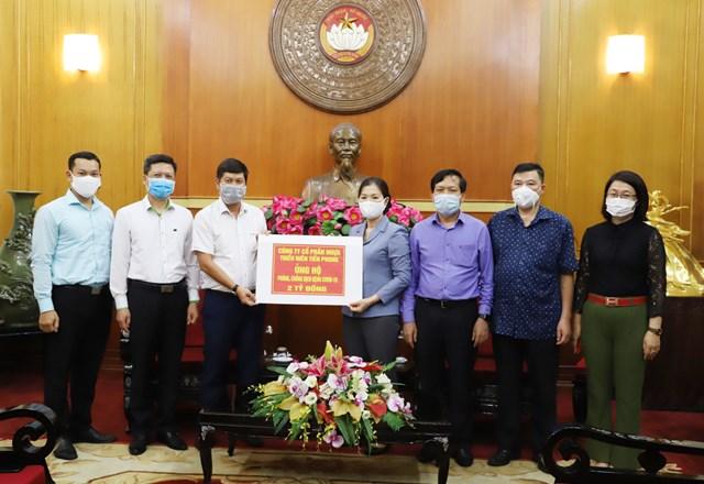 Phó Chủ tịch Trương Thị Ngọc Ánh tiếp nhận ủng hộ từ Công ty cổ phần nhựa Thiếu niên Tiền Phong. Ảnh: Hương Diệp.