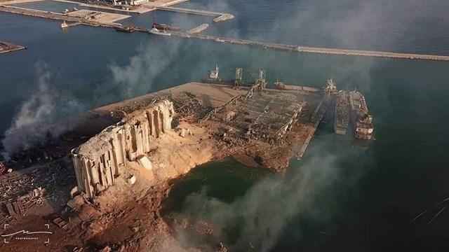 Vụ nổ phá hủy một nửa thủ đô Beirut. (Ảnh: Twitter).