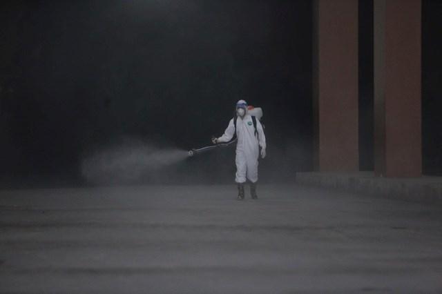Lực lượng phản ứng nhanh tiến hành khử khuẩn cả bên trong và bên ngoài tòa nhà.