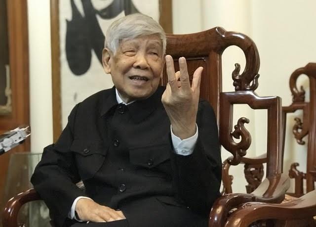 Nguyên Tổng Bí thư Lê Khả Phiêu nhận Huy hiệu 70 năm tuổi Đảng do Tổng Bí thư, Chủ tịch nước Nguyễn Phú Trọng trao tặng cuối tháng 8/2019.