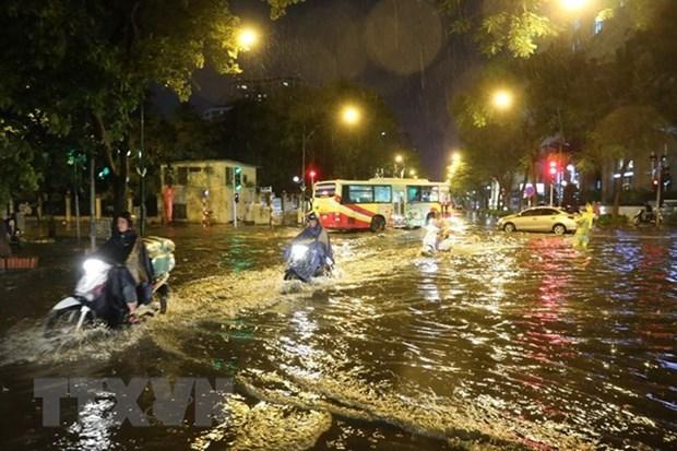 Mưa lớn gây ngập úng trên đường Lý Thường Kiệt-Phan Bội Châu. (Ảnh: Thành Đạt/TTXVN).