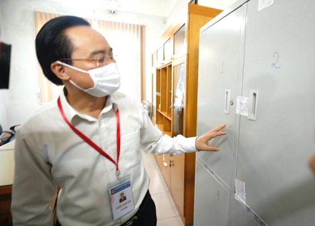 Bộ trưởng kiểm tra tủ đựng đề thi, bài thi. Hiện tủ chứa đề thi, bài thi đang được niêm phong.