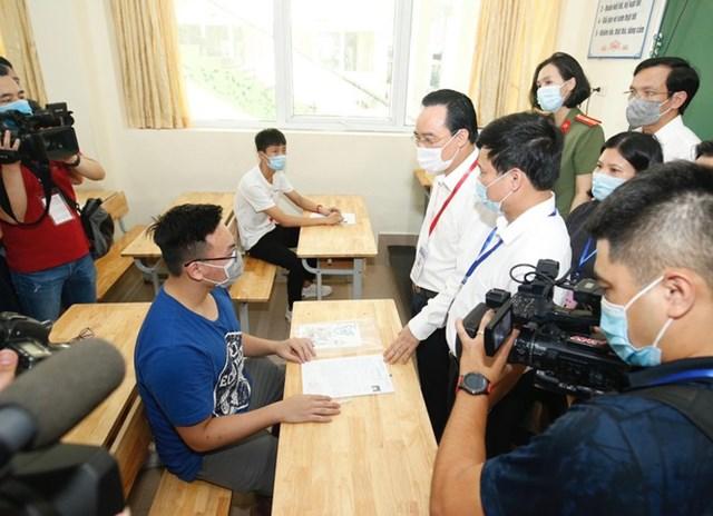 Bộ trưởng hỏi thăm, động viên thí sinh.