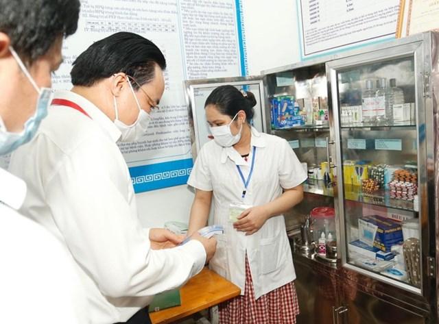 Ông cũng kiểm tra phòng Y tế tại điểm thi.