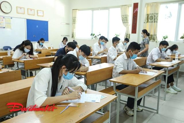 Thí sinh tham dự kỳ thi tốt nghiệp THPT năm 2020 môn ngữ Văn trong sáng 9/8. Ảnh: Quang Vinh.