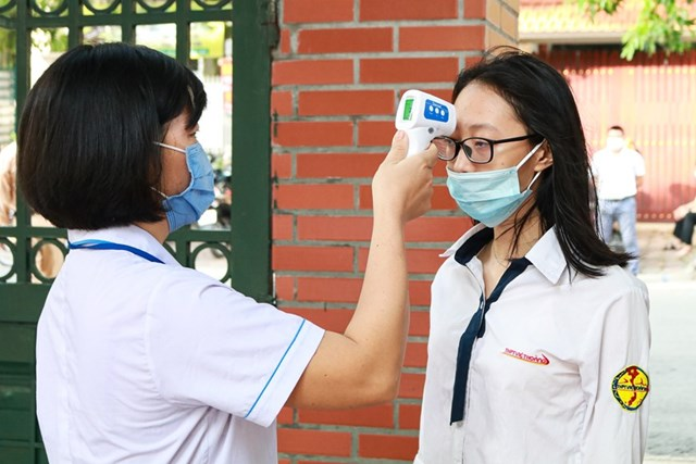 [Ảnh] Thi tốt nghiệp THPT ở nơi có ca nhiễm Covid-19 mới tại Hà Nội - Ảnh 2