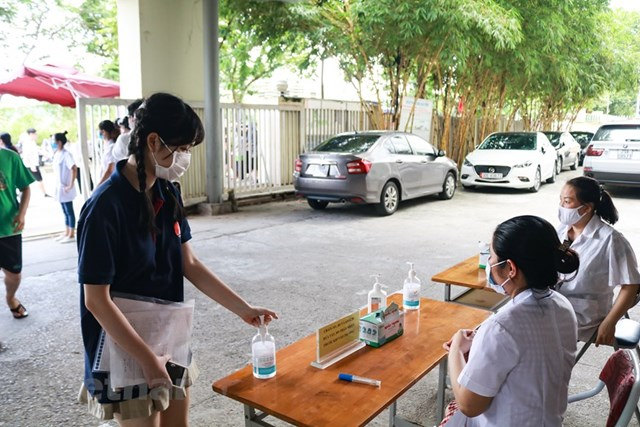 [Ảnh] Thi tốt nghiệp THPT ở nơi có ca nhiễm Covid-19 mới tại Hà Nội - Ảnh 3
