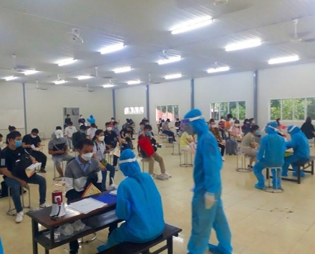 Các đoàn xe chở công dân từ Hàn Quốc về được đưa vào khu cách ly Trường trung cấp Cảnh sát Nhân dân VI.